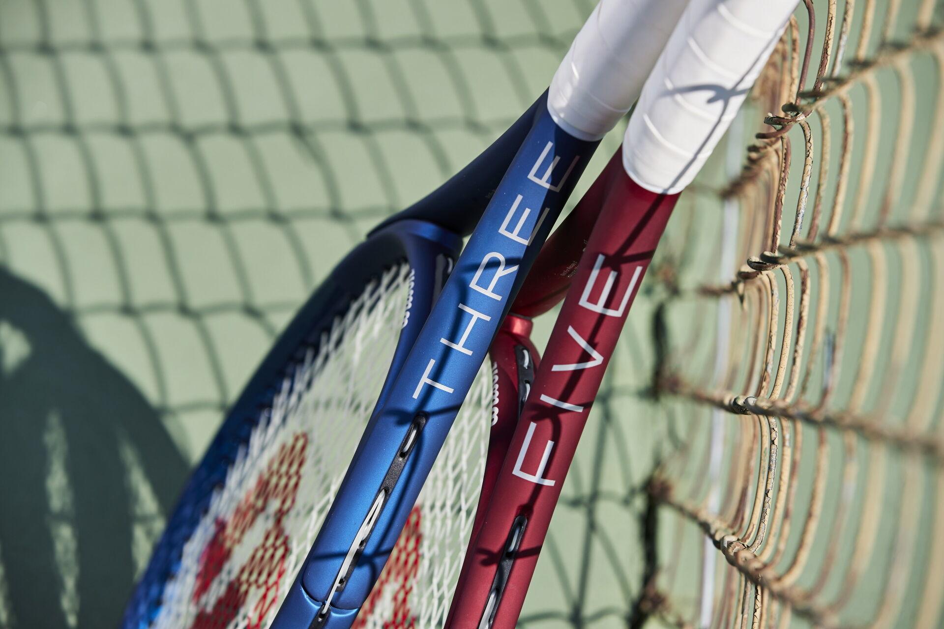 Wilson Triad Three és Five teniszütők a teniszpályán.